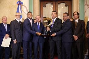 Danilo Medina entrega la Bandera Nacional al Licey antes de partir a la Serie del Caribe