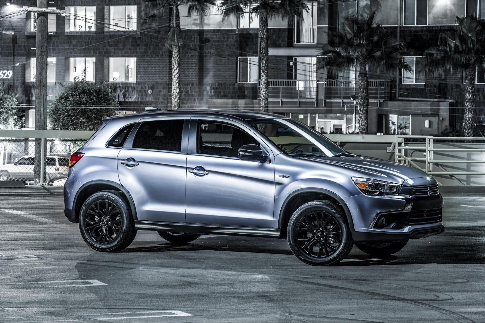 the motoring world usa mitsubishi launches a new limited edition trim level of the outlander. Black Bedroom Furniture Sets. Home Design Ideas
