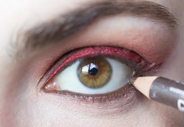 Макияж глаз с красным акцентом: шаг 8