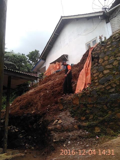Sumber longsornya batu dan tanah diatas rumah Rahman