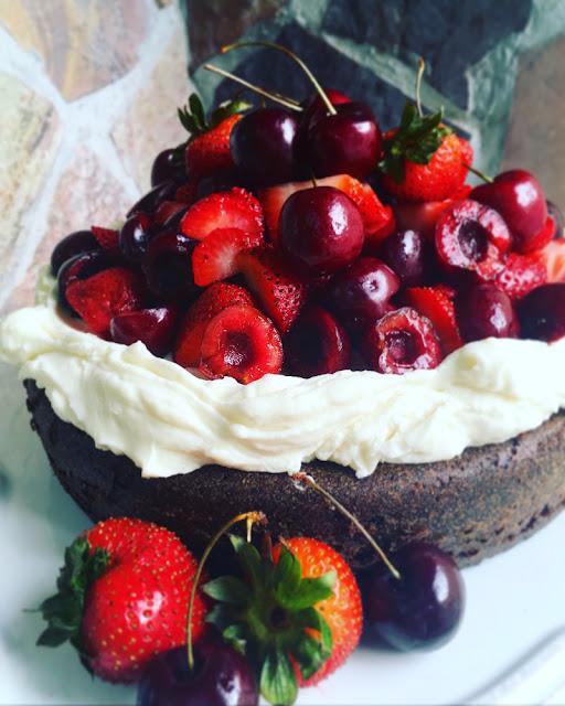 Bundt cake de chocolate con crema batida de mascarpone y frutos rojos