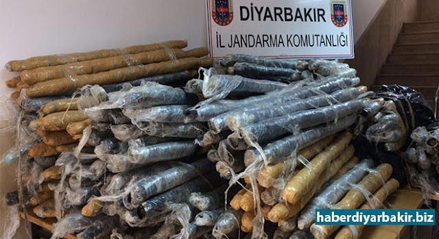 DİYARBAKIR-Diyarbakır'ın merkez Yenişehir ilçesi Hantepe mevkiinde yol kenarında kaza yapmış halde bulunan araçta gerçekleştirilen aramada 416 kilogram esrar ele geçirildi.