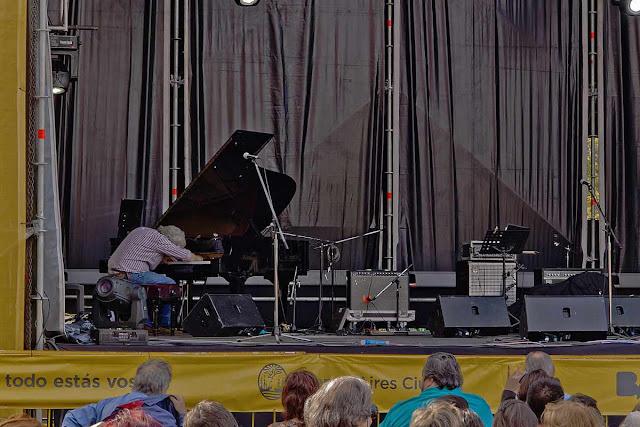 Afinando el piano en el escenario