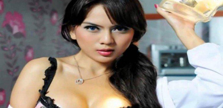 Model Hot Anggita Sari Cuma Pakai Bra dan Dalaman