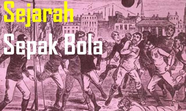 "Sejarah singkat Sepak Bola dimulai dari sejak peradaban kuno Romawai, Cina dan Yunani, menurut sejarah sepak bola yang pernah ditelusuri bahwa dari peradaban tersebut merupakan latar belakang sejarah sepak bola dimulai.  Permainan sepak bola ini memiliki tujuan untuk memasukkan bola kedalam gawang lawan dan mesti berusaha agar dapat menjaga gawang sendiri agar tidak terjadi gol digawang sendiri.   Pengertian Sepak Bola: Apa itu Sepak Bola?  - Sepakbola merupakan permainan yang dimainkan dengan dua regu yang keduanya terdiri dari 11 orang pemainan atau kesebelasan. Setiap regu bertujuan untuk memasukkan bola sebanyak-banyaknya ke dalam gawang lawan dan berusaha mempertahankan gawangnya sendiri untuk tidak kemasukkan tim lawan.  Tujuan Permainan Sepak Bola -Tujuan permainan sepak bola adalah memasukan sebanyak - banyaknya bola ke regu lawan sehingga dapat mencetak nilai sekaligus menyehatkan badan. Akan tetapi, saat ini sepak bola juga dapat dijadikan sebagai profesi atau kerja. Dengan membuat strategi dan memasukan bola kedalam gawang tim lawan. Kemampuan Teknik adalah faktor utama yang patut dikembangkan dengan tujuan dan fungsi untuk mencapai prestasi dalam permainan sepak bola. Sebab menurut pernyataan Soekatamsi ( 1988 : 11 ) bahwa ""Kelengkapan pokok yang fundamental sebagai dasar bermain adalah teknik dasar dan kemampuan bermain yang lebih dahulu dibina disamping pembinaan kelengkapan pokok yang lain"".  Oleh karena itu unsur ini harus mendapat perhatian yang serius bagi para pelatih , pembina maupun pemain sepak bola. Sejarah Sepak Bola Dunia dan Indonesia  Sejarah singkat sepak bola kuno dilatar belakangi disebuah negara china yang disebut dengan ""Tsu Chu"", tepatnya saat dinasti Han sekitar Abad II atau III sebelum penanggalan masehi. Sejarah singkat permainan sepak bola dizaman itu menggunaan bola kulit dan teknik untuk memasukkan bola digawang pada jaring yang kecil.  Tujuan permainan Olahraga sepak bola dimanikan oleh para tentara china tetap terlatih fisik "