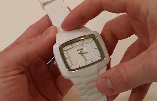 Cara Membersihkan Jam Tangan Karet yang Terlihat Kusam