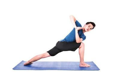 tập yoga ho nam trên thảm tập yoga