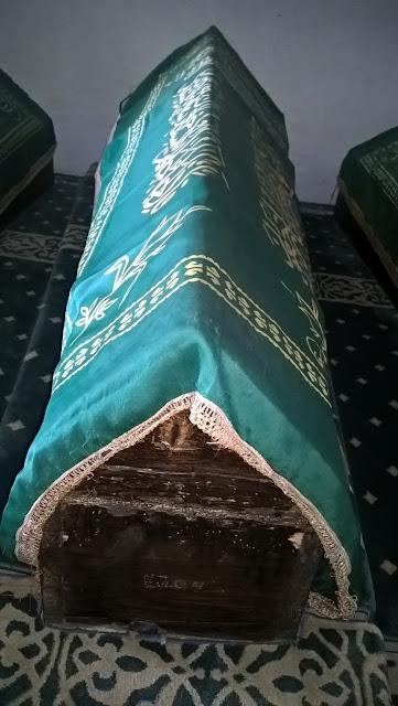 Aşıklı Sultan (Ayağı Yanık) sandukası.