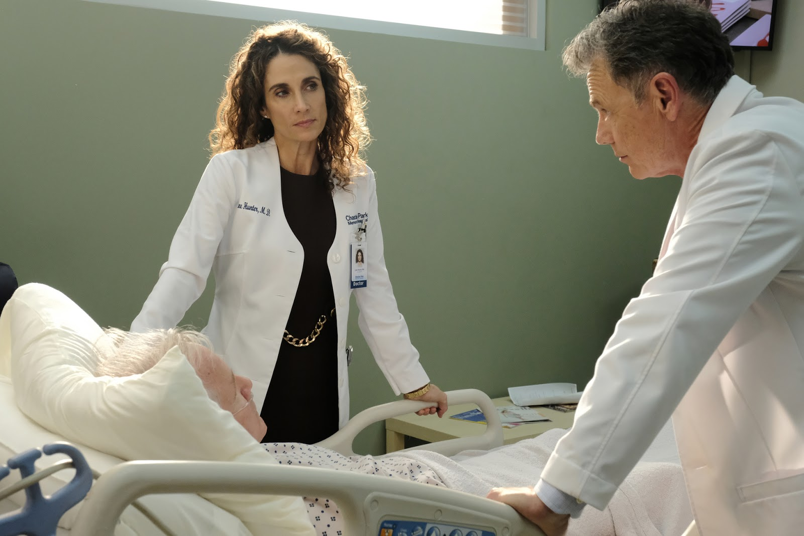 Lane Hunter y el Dr. Bell en The Resident