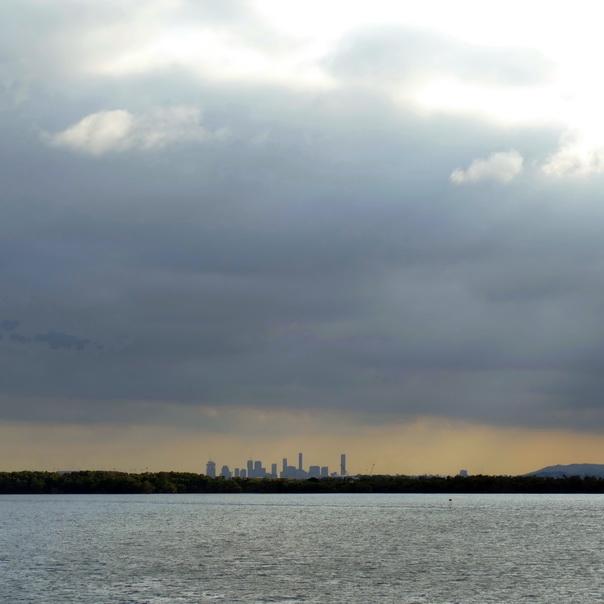 Brisbane Skyline übers Meer Moreton Ferry