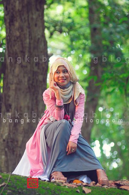 hijaber bangka berfoto di hutan wisata sungailiat