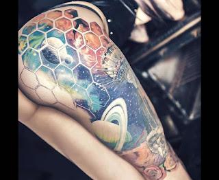 Tatuaje increíble sexy y femenino del universo