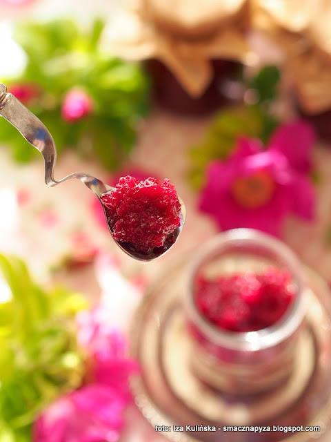 konfitura rozana, kwiaty rozy, platki roz, domowe konfitury, makutra, ucieranie konfitur w makutrze, tradycyjna metoda,