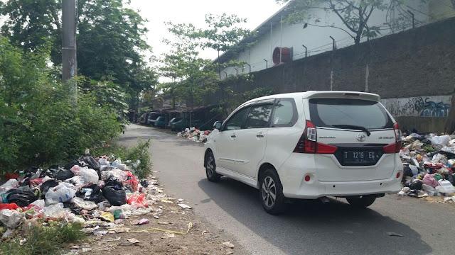 Ternyata Bau Busuk Itu Disebabkan Gunung Sampah Belakang Carrefour Karawang