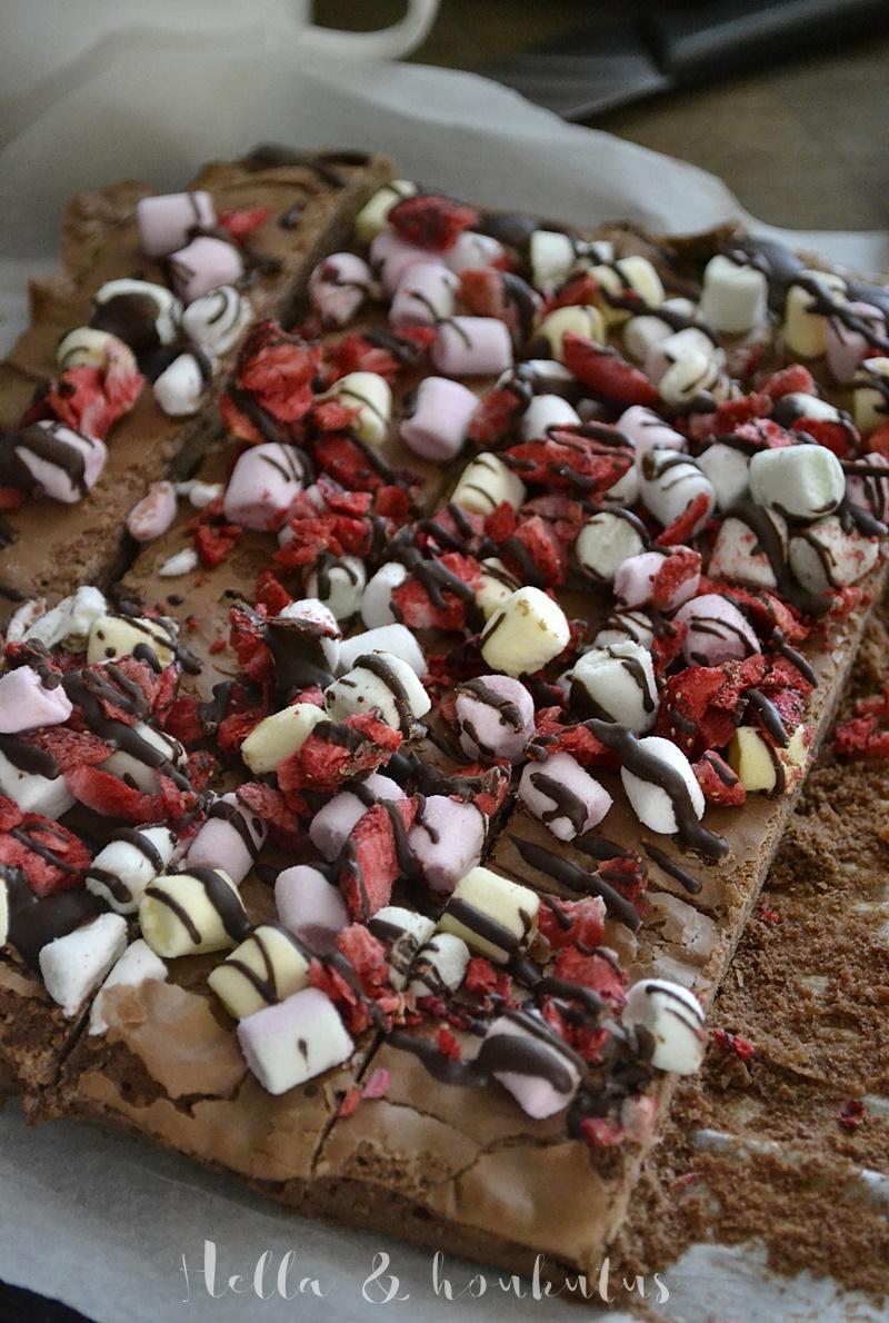Keskikesän vaahtokarkki-mansikka browniet