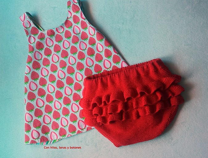 Con hilos, lanas y botones: Braguita de punto con volantes en el culete (patrón gratis)