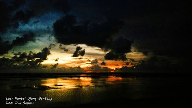 matahari terbenam di pinggiran pantai ujung genteng