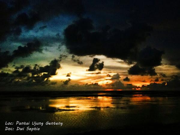 Menyapa Sisa Matahari Terbenam di Pinggiran Pantai Ujung Genteng