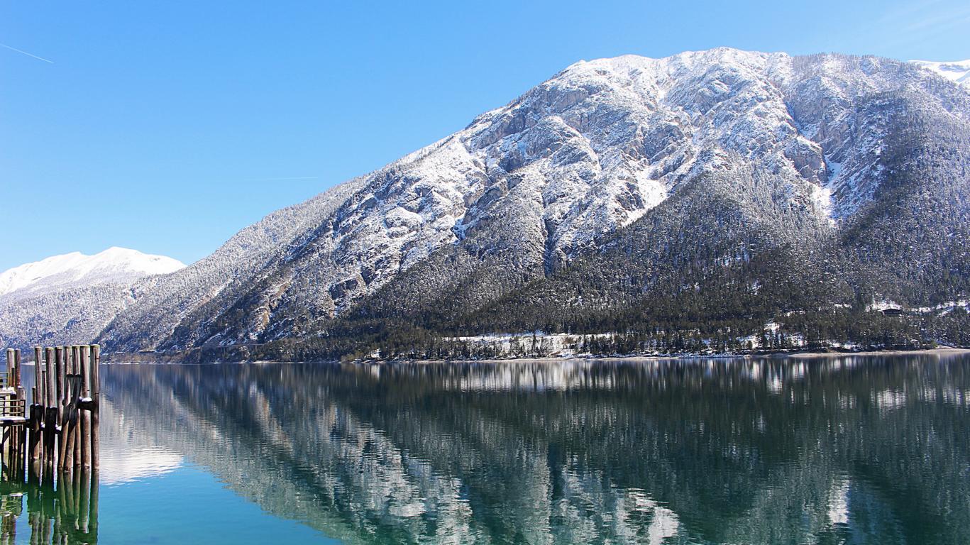 Blick auf den winterlichen Achensee