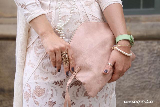 die edelfabrik, Outfit mit weißem, langen Spitzenkleid von H&M