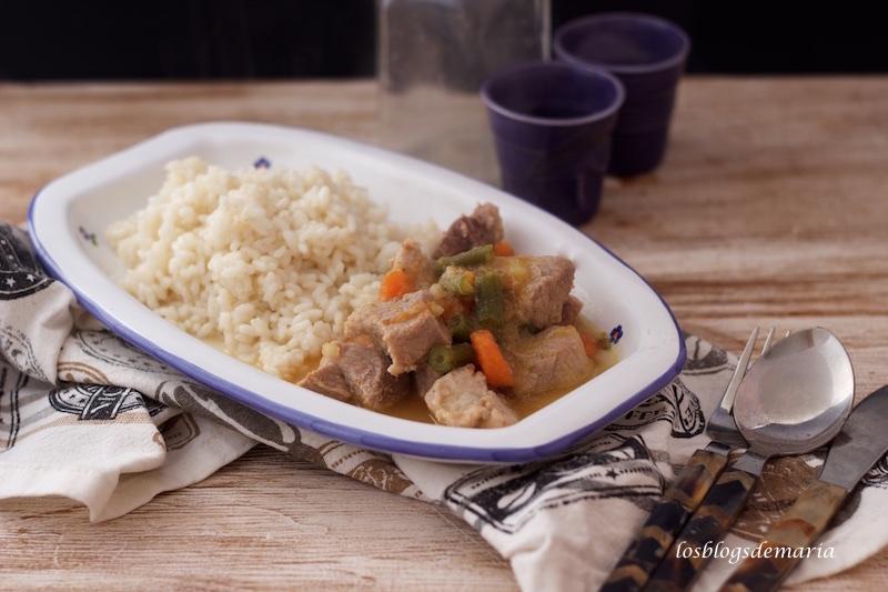 Estofado de cerdo con guarnición de arroz