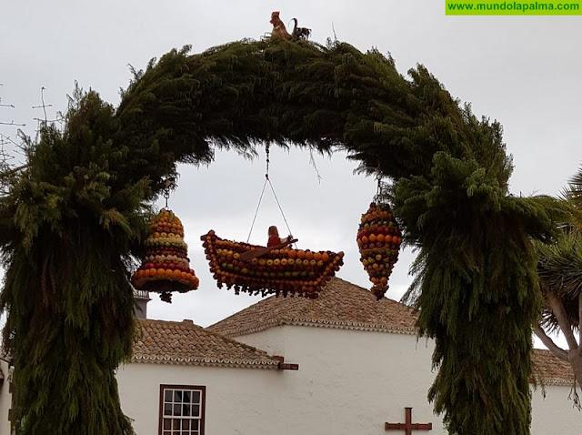 El Arco en honor a San Pedro, ha vuelto a lucir este 29 de junio, los tradicionales ramos de frutas