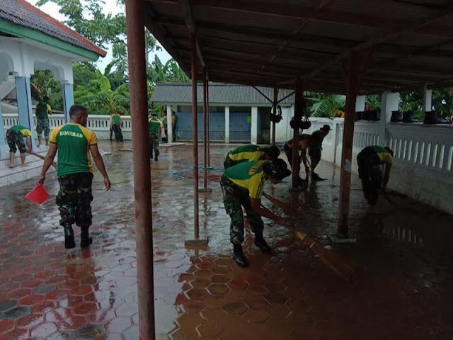 Pasca Banjir di Jember, 2 Peleton Yonif Raider 515 Kostrad Bersihkan Lumpur