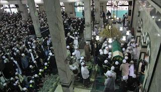 Ribuan jamaah memadati Masjid Al Munawar sebelum menshalatkan Jenazah Almarhum Habib Munzir Al Musawa