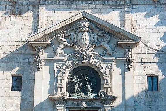 Escudo de Bilbao en la fachada de la Iglesia de San Nicolás