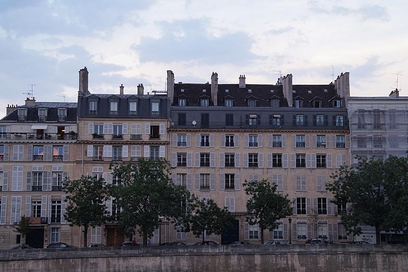 Spaziergang in Paris an der Seine am Abend Architektur