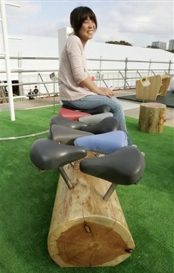 Banco con sillines de bicicleta