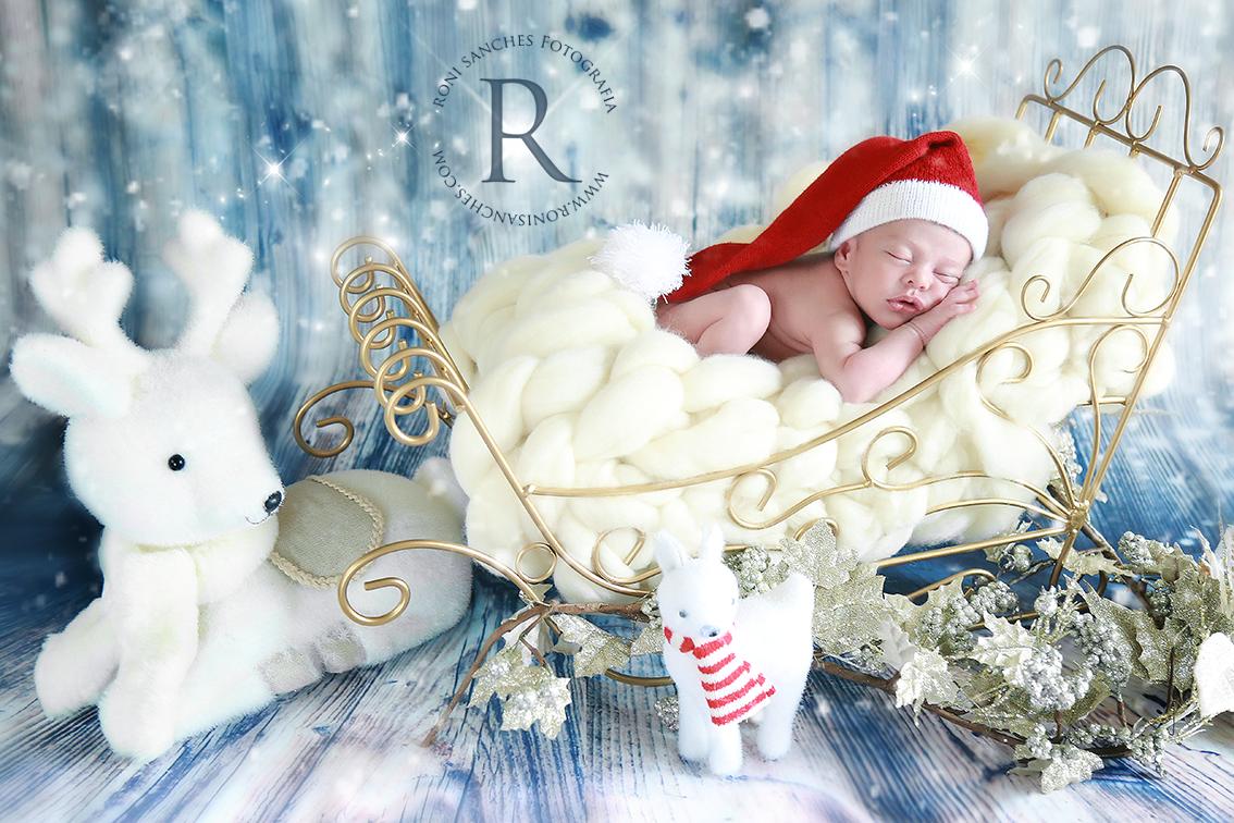 Bebê newborn recém-nascidos em cenário natalino