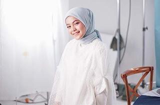 Putri Isnari Pakai Hijab