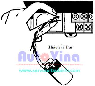 Thao tác thay Battery tháo rắc PIN cũ và chú ý chiều của rắc để gắn Pin mới vào cho PLC