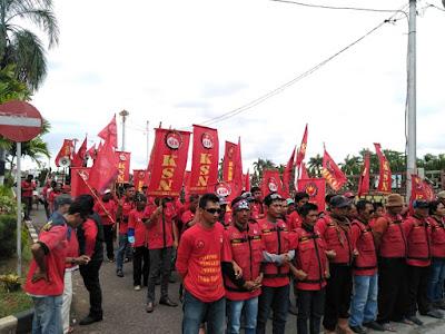 Gelar Aksi Mogok Kerja di Kantor Gubernur, 65 Karyawan PT SBB Lamsel Tuntut Upah Layak dan Uang Lembur