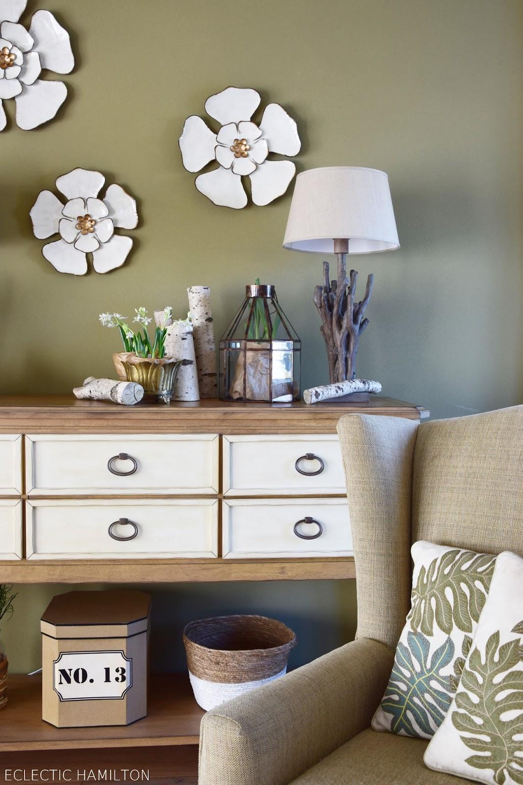 Frühlingsdeko fürs Zuhause, Dekoidee Frühling: Blüten aus Metall für die Wand und frische Frühjahrbsblüher für das Sideboar. Deko Dekoration dekorieren frühligshaft mit Birke