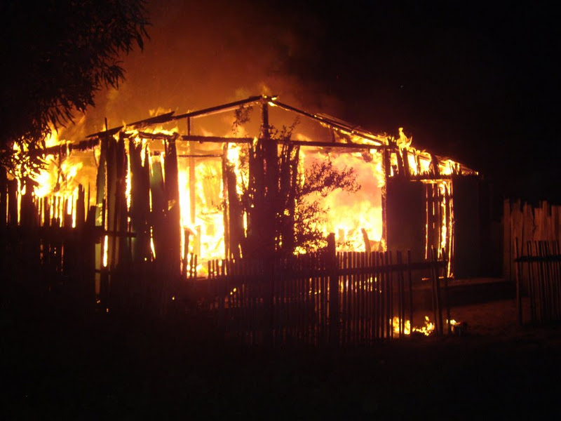 Resultado de imagem para casa pegando fogo