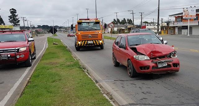 Motoristas aparentemente bêbado causa acidente na Estrada da Ribeira em Colombo