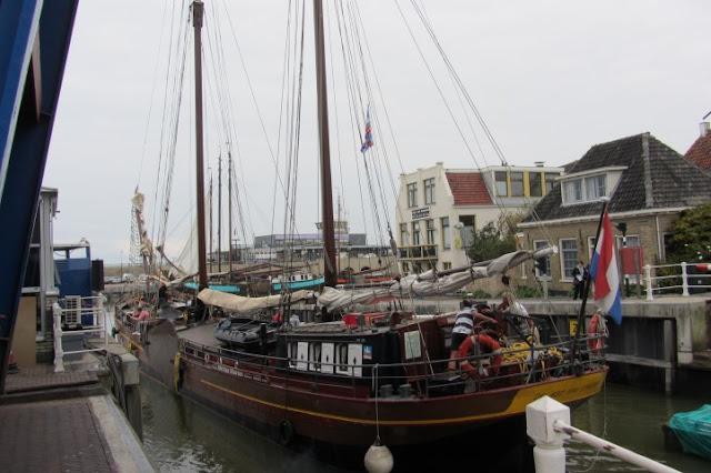 Harlingen, binnenhaven met oude schepen