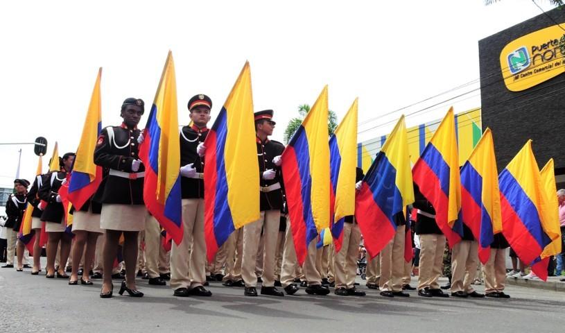 personas con bandera colombiana dia independencia colombia