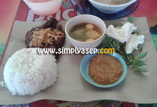 AYAM GEBUK : Inilah porsi menu makan siang saya waktu itu di Ayam Gebuk Pak De Darno.  Selain Ayam Gebuk saya juga memesan 1 porsi Sop Kikil.  Totalnya semua hanya sekitar Rp.28.000,-. Foto Asep Haryono
