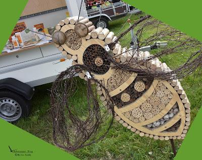 Landfrauen aus Wacken mit Insektenhotel