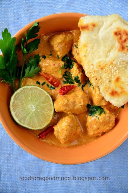 Jeżeli lubicie orientalne potrawy, to dobrze trafiliście ;) Bardzo aromatyczne, bogate w smaku i bosko kremowe curry z kurczakiem w roli głównej. Podane z chlebkiem naan (przepis już wkrótce) robi niesamowitą robotę ;)