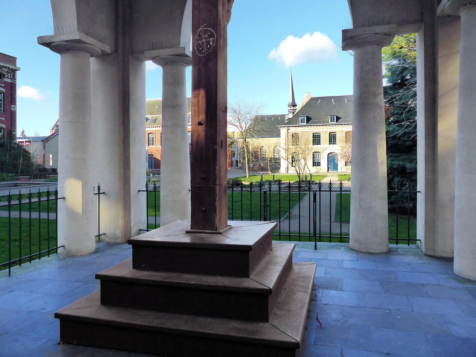 L'estrade du crucifix dans le calvaire