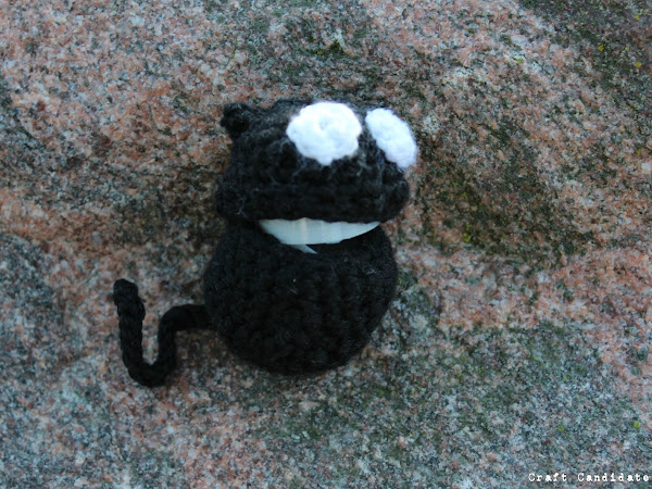Maskotti: Virkattu minikokoinen kissa