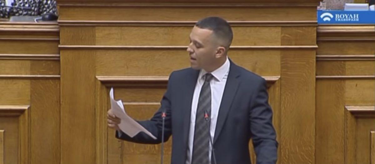 Κασιδιάρης σκίζει συμβολικά συμφωνία Τσίπρα-Ζάεφ: Προς απαγόρευση ο Παύλος Μελάς και το «Μακεδονία Ξακουστή»