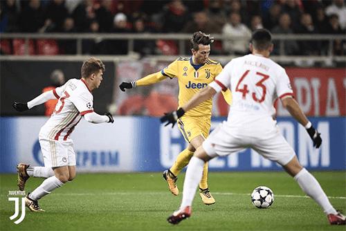 Federico Bernardeschi melakukan tendangan keras ke arah gawang Olympiakos yang berbuah gol