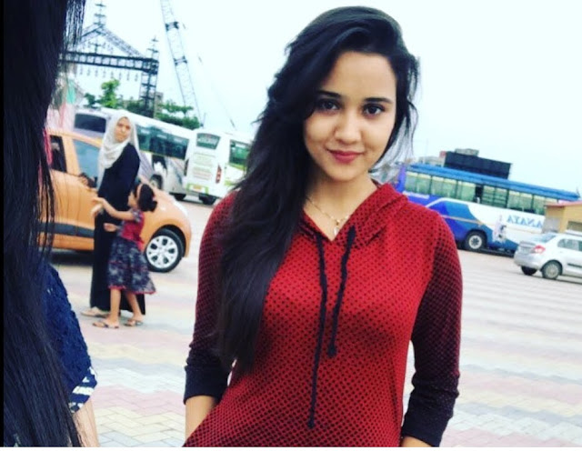 The role of Naina Agarwal is played by A 20 year old pretty Ashi Singh - India actress