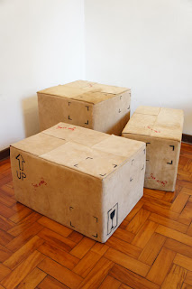 Diseño de sillón con forma de caja de cartón