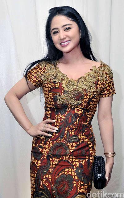 Seksinya Ayu Dewi Persik Bergaun Batik